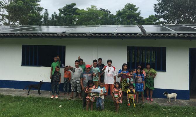 La comunidad indígena Tule de Necoclí celebra la llegada de la energía solar a su escuela; Foto: Igor Rodríguez