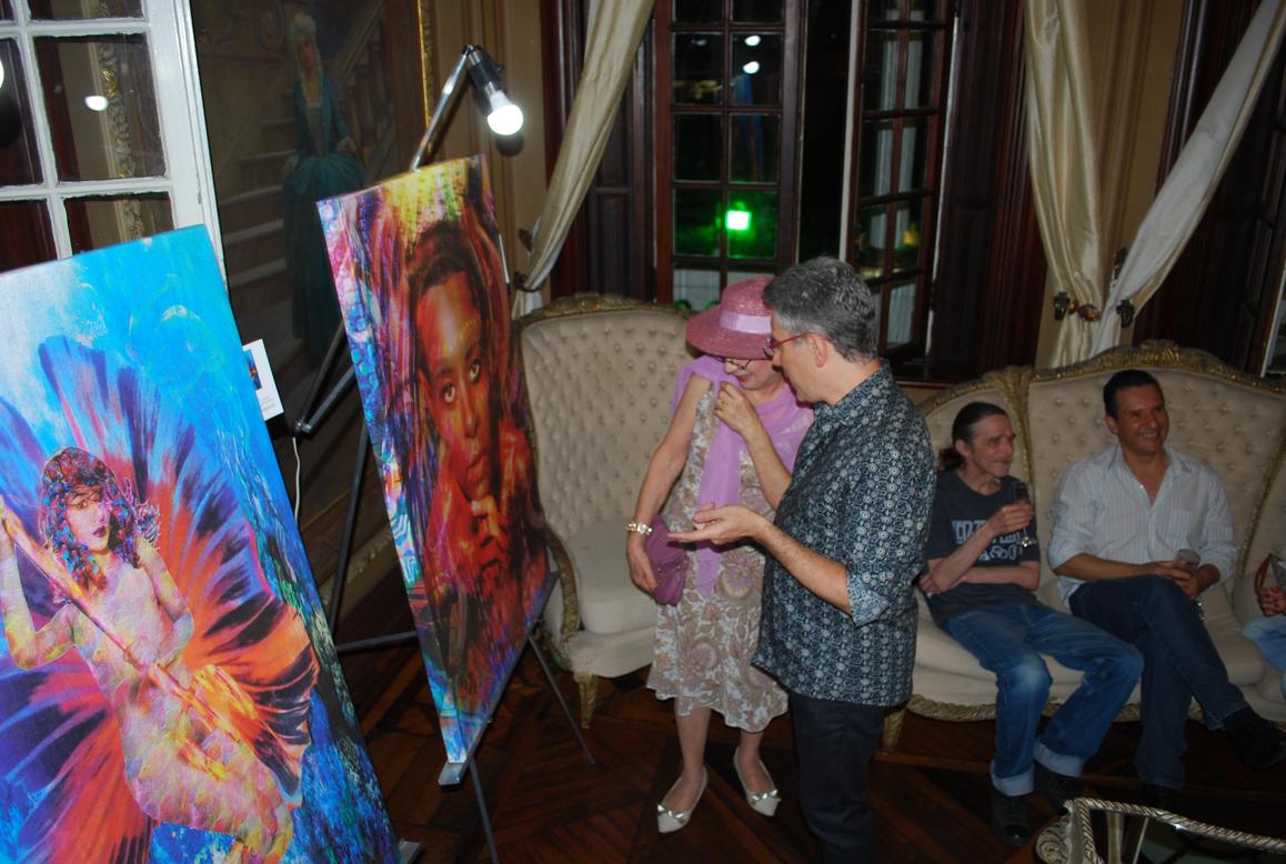 As telas em exposiçao que retratam a promoter Márcia Veríssimo, a atriz global Laíze Câmara e cantoraAline Wirley