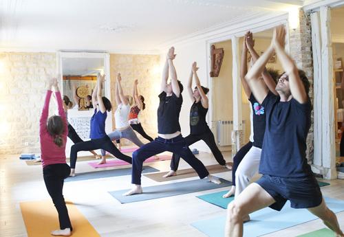cours yoga Paris, élèves et professeur