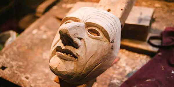 Eine Maske im Rohbau