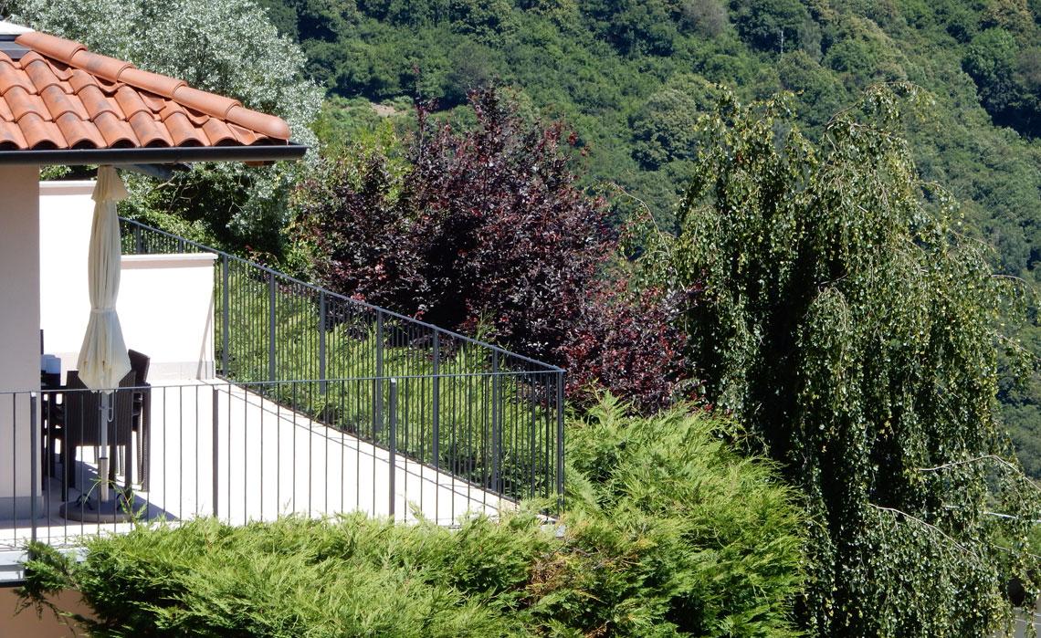 Die Terrasse unserer Ferienwohnung mit der Umgebung