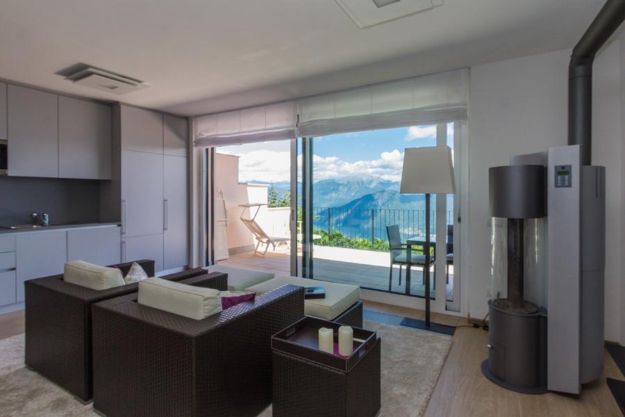 Blick durch das Panoramafenster auf See und Berge