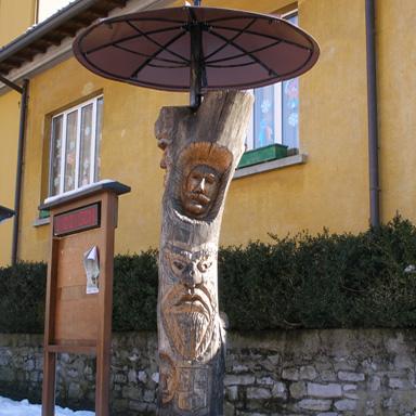 Der Maskenbaum im Dorfzentrum von Schignano