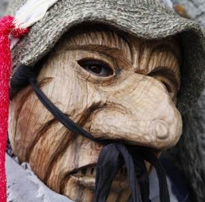 Detailbild einer der typischen Masken