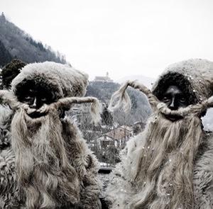 Zwei Masken der Hässlichen