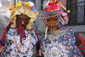Zwei Masken aus der Gruppe der Schönen