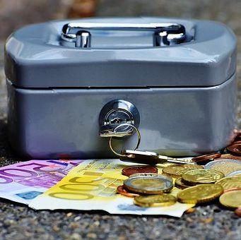 Geldkistje met munten en euro biljjetten