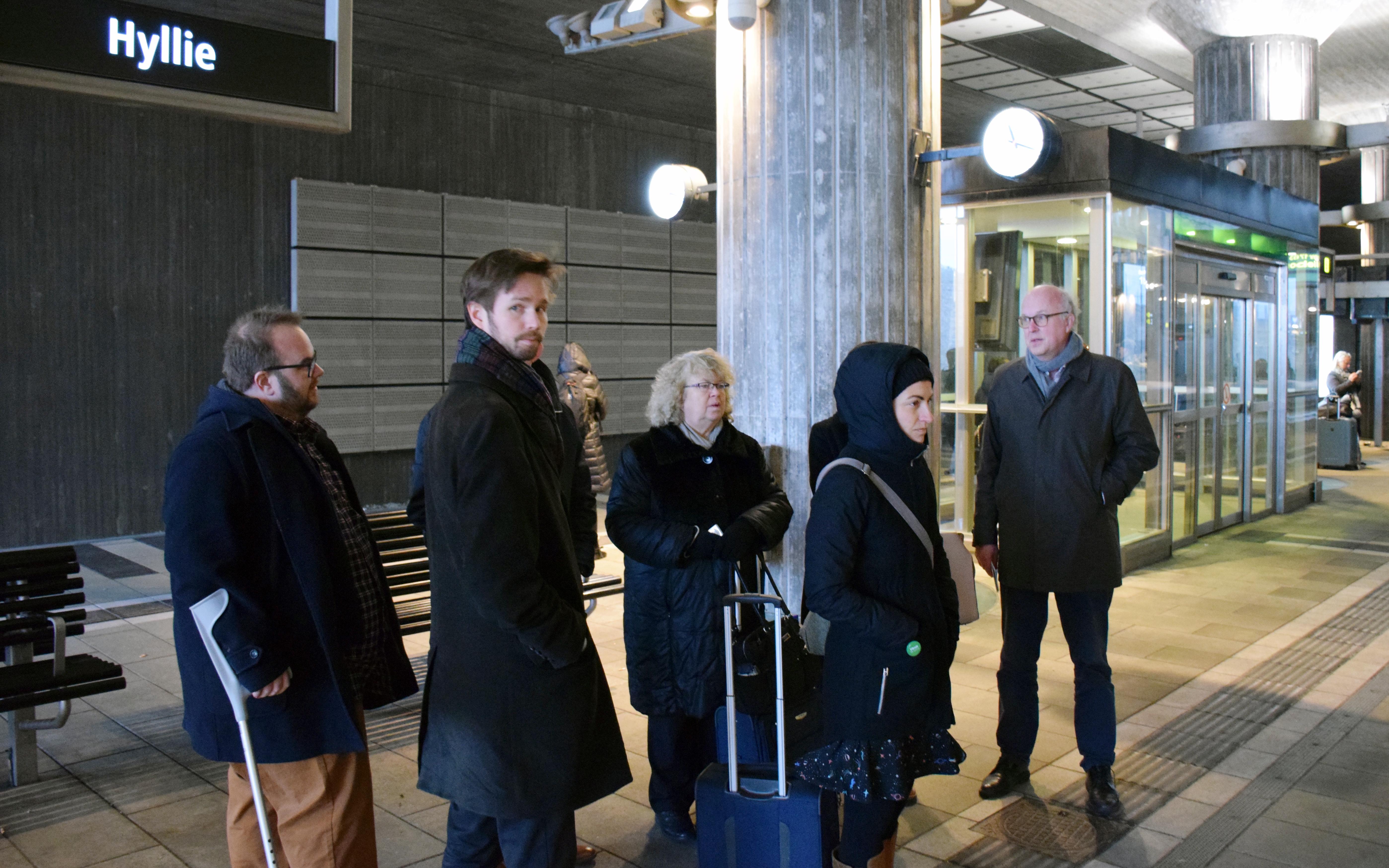Kommunalråd Nils Karlsson och riksdagsledamot Rasmus Ling visade gränskontrollerna för EU-parlamentarikerna Jean Lambert och Ska Keller. Regionråd Märta Stenevi var också med på turen över Bron.