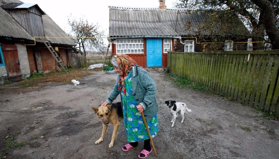 Holocaust-Überlebende Sofia K. vor ihrem Holzhaus. Foto: Marco Limberg