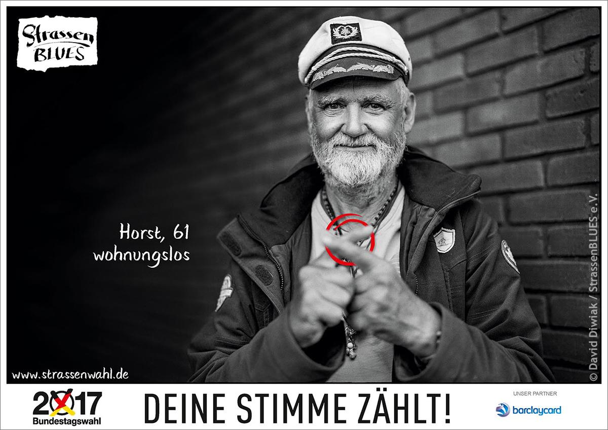 Kampagnenmotiv der StrassenWAHL: Horst – 61, wohnungslos – formt mit den Finger ein Wahlkreuz.