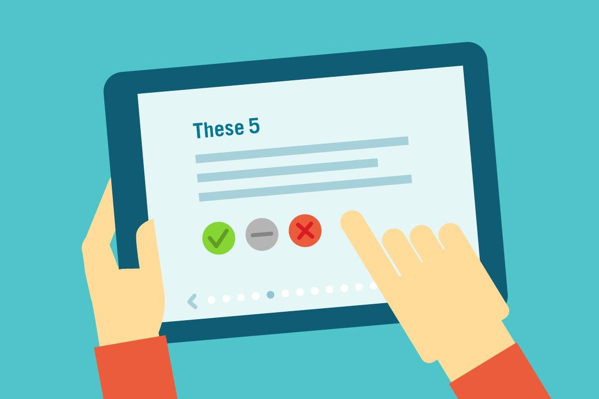Ein gehaltenes Tablet mit der Ansicht eines digitalen Wahlhelfers.
