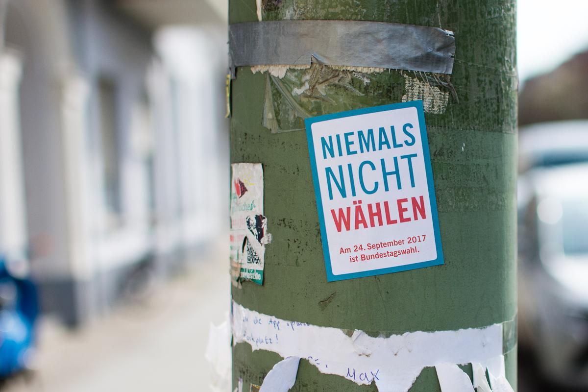 """Ein Spuckie auf einem Laternenpfahl mit der Aufschrift """"Niemals nicht wählen. Am 24. September 2017 ist Bundestagswahl."""