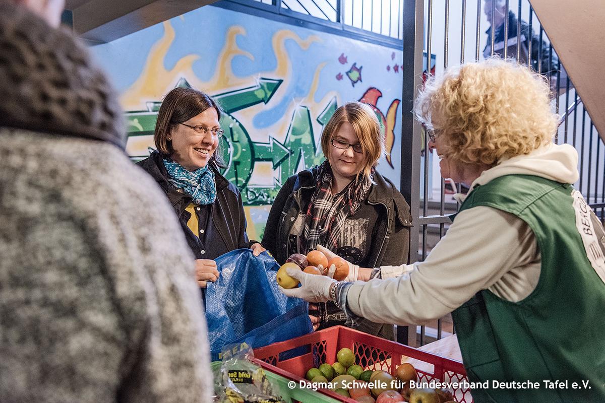 Lebensmittelausgabe bei der Tafel, Foto: Dagmar Schwelle