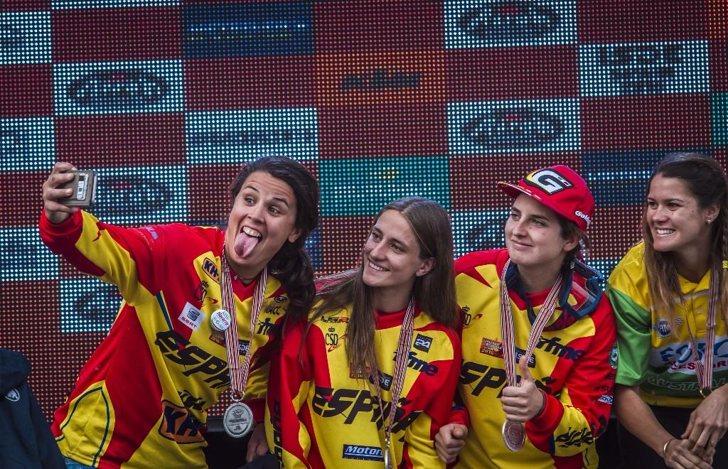El equipo femenino de España, plata.