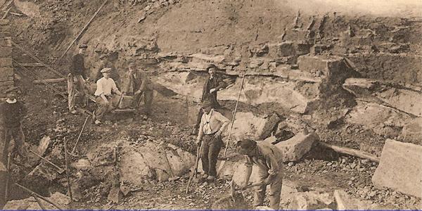 Front de taille d'une carrière où l'on exploitait de la « lave volcanique » pour la construction