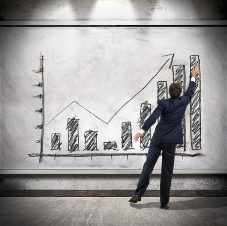 Persona dibujando gráfica con alto crecimiento