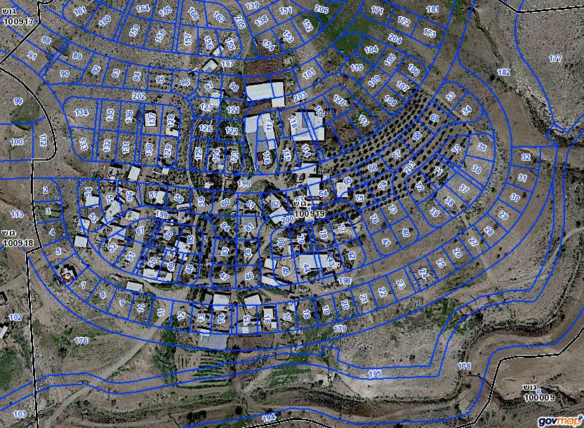 Die Karte der israelischen Regierung lässt Folgendes erkennen: Auf der Satellitenaufnahme des bestehenden Dorfes Umm al-Hiran mit Wohn- und Lager-Gebäuden, Viehweiden und Olivenhain (Mitte-rechts, etwa 65-70) hat die Stadtplanung die neu geplante Siedlung Hiran durch blaue Linien gekennzeichnet, Flurstücke mit bezifferten Wohneinheiten ausgewiesen und somit zumindest schon mal auf dem Reißbrett eine neue Realität geschaffen –ganz so, als gäbe es die darunter existierende Realität gar nicht (Quelle: Adalah/Govmap)