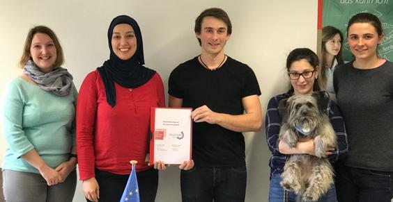 ALP-Projektleiterinnen Susanne Eisel und Makbule Engelhardt besiegeln die Kooperation mit den Geschäfts-führern Alex Schlindwein und Sophie Perret