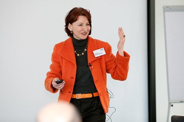 Silvia Ziolkowski bei einem Vortrag