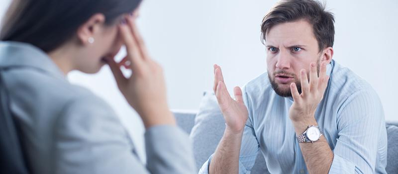 Man die boos kijkt naar luisteraar