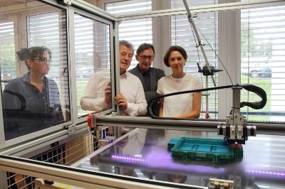 photo groupe seniors au l atelier de fabrication par L Essor