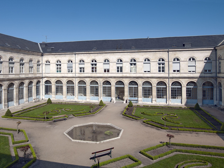 Cour d'honneur de l'hôpital d'Orléans © Région Centre, Inventaire général, Thierry Cantalupo, 2012