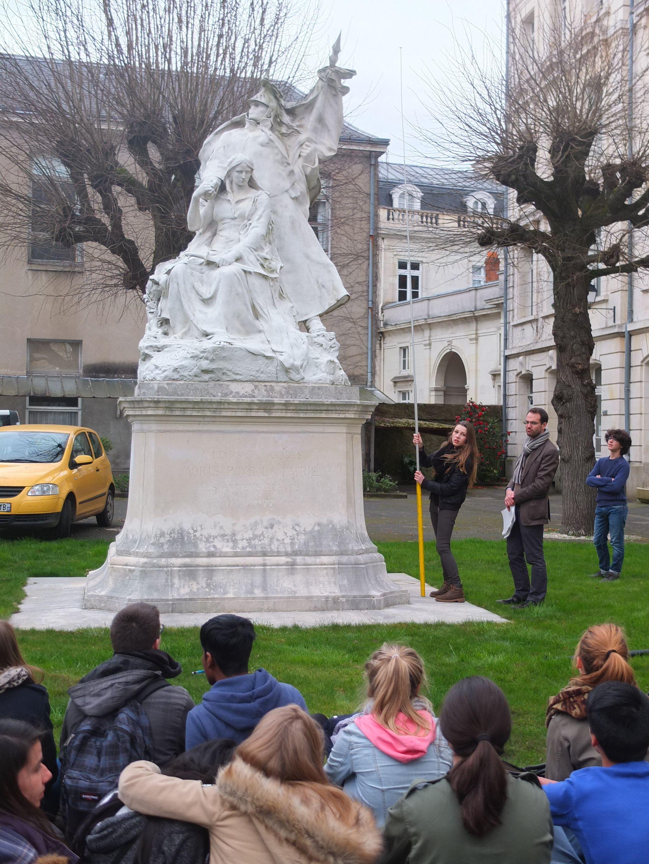 """Les élèves de seconde du lycée Descartes de Tours, lors de la visite """"François Sicard"""""""