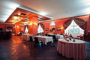Уютный зал ресторана Путевой для свадьбы с близкими родственниками молодожен