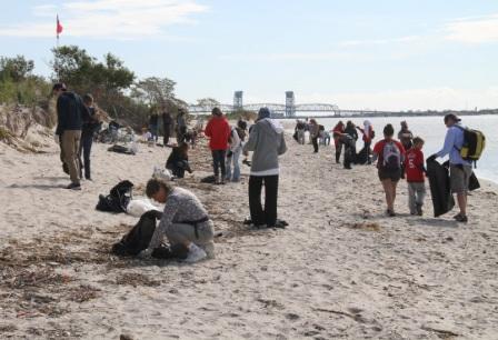 Volunteers clean up Plumb beach in 2011, © NYC Audubon