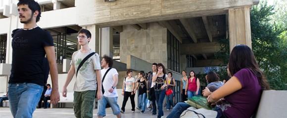 Un grup d'alumnes sortint de la universitat.