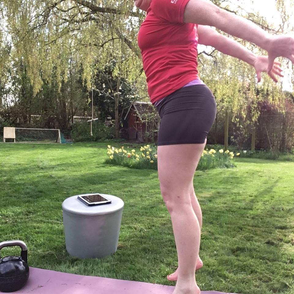 Overskudslivet træner kettlebell træning udendørs fra Alphamamafit