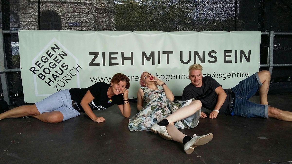 Alex. Anna Rosenwasser und Hannes auf der Pride-Politikbühne