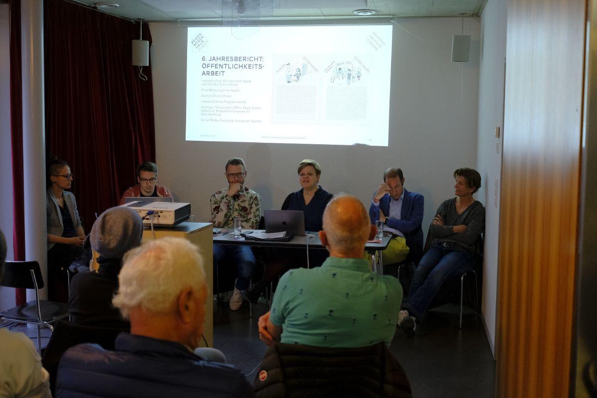 Vorstand Regenbogenhaus vor Präsentationsprojektion