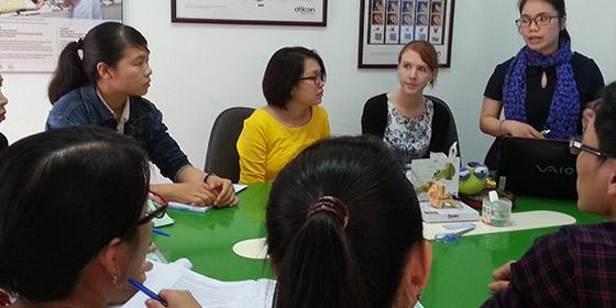 Dominique,  cựu học viên Na và Vân Anh đang tiến hành Hội thảo chuyên đề Nghe