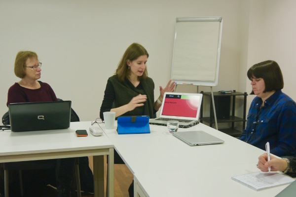 A test user explaining how the magnifying tool works on the screen