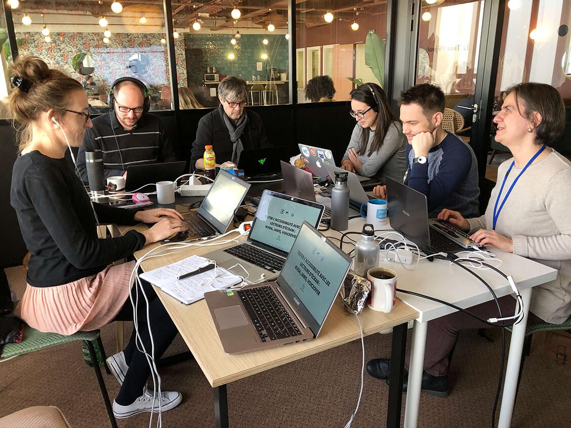 Les experts et expertes d'Access42 en plein travail.