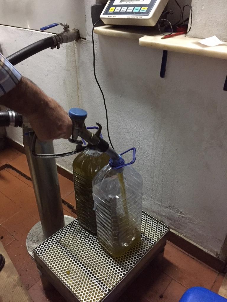 Even olijfolie tanken