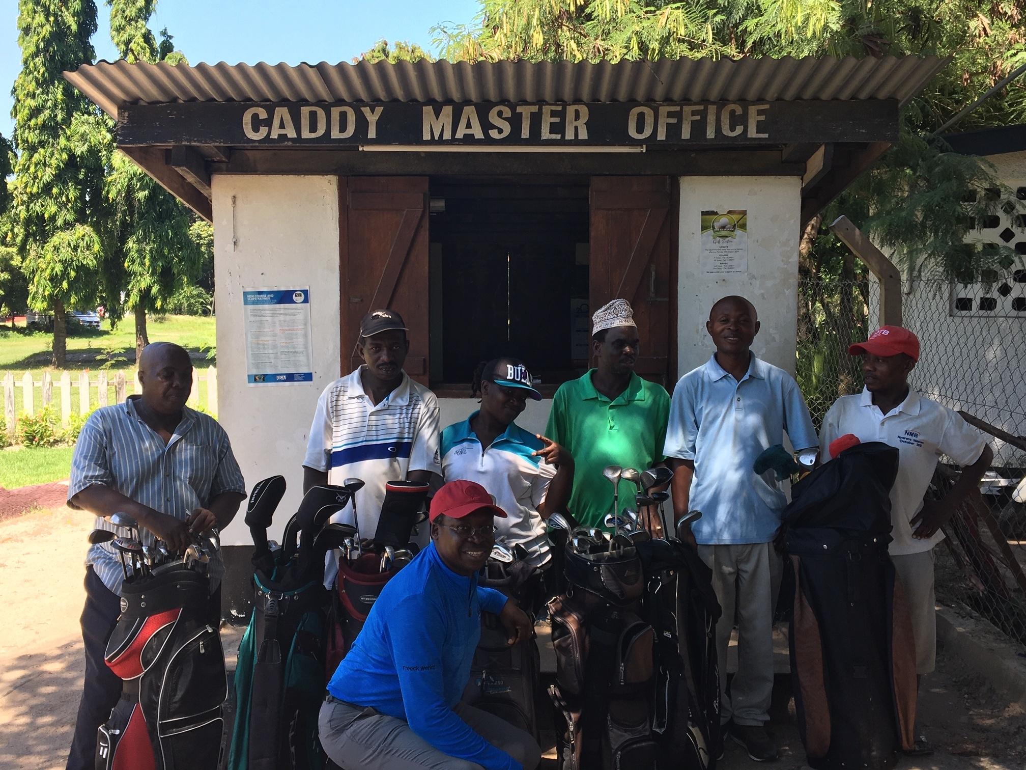 Jacob Nyamsangya en leden van de Gymkana Club in Tanzania