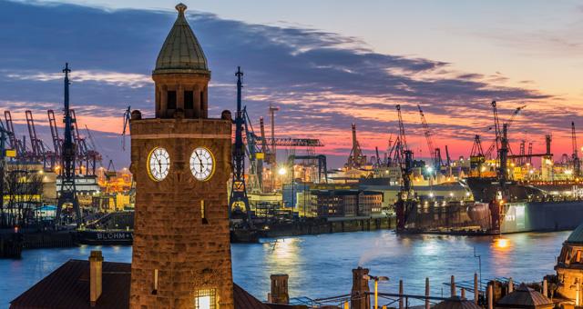 Hafenstadt in der Dämmerung