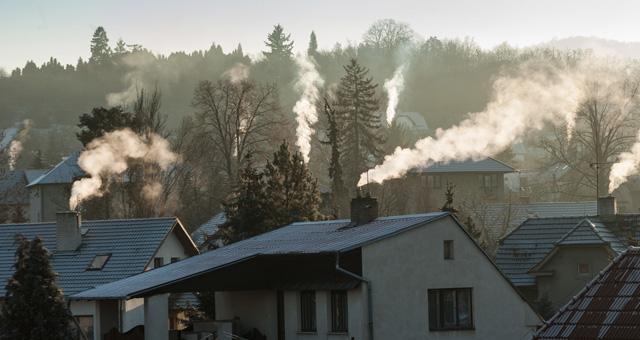 Häuserdächer im Morgengrauen