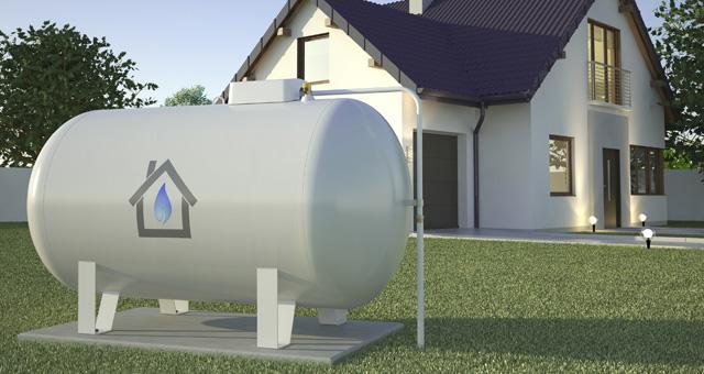 Flüssiggastank vor einem Wohnhaus