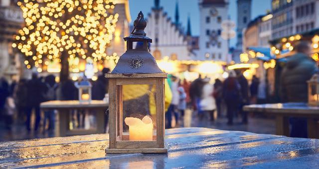Sturmlicht vor Weihnachtsmarkt