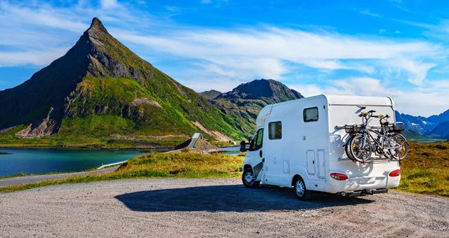Wohnwagen vor bergiger Landschaft