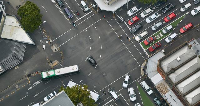 Straßenkreuzung mit viel Autoverkehr