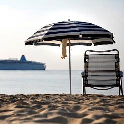 Billede viser strandstol og krydstogtskib