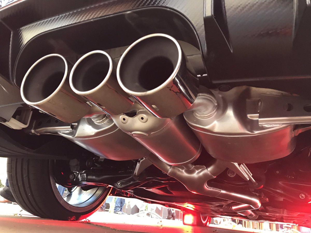 En el Civic Type R cambia de sentido el flujo del tubo central.