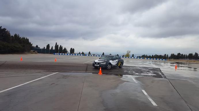 Durante el curso de conducción al que asistieron lectores de km77 que participaron en nuestro sorteo, comprobamos la facilidad con que se puede perder el control del vehículo circulando a tan solo 30 km/h.