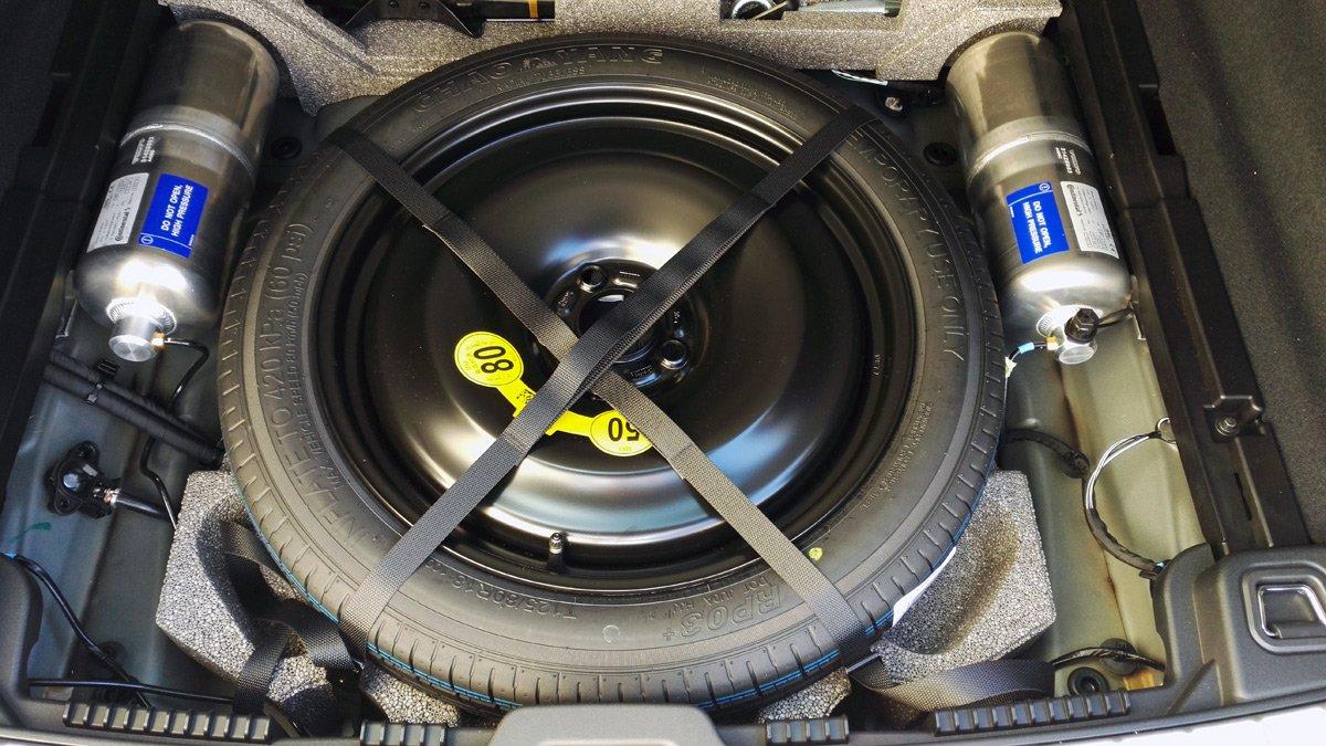 Los acumuladores de presión de la suspensión neumática del Volvo XC60 quedan a la vista al levantar el piso del maletero.