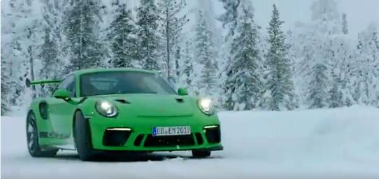 520 caballos y tracción trasera. No parecen características idóneas para circular sobre nieve, pero el conductor de este Porsche 911 GT3 RS sabe lo que se hace :-).