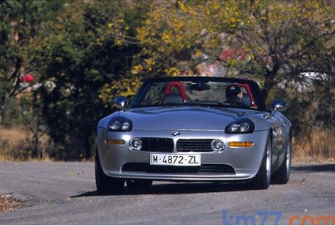 En el año 2000, el BMW Z8 no pasaba desapercibido allá por donde iba. La prueba de ello es la curiosidad que despertó durante nuestra sesión de fotos. Costaba 138 600 euros y la producción fue de 5703 unidades.